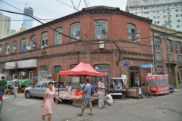 同上。繁華街だったせいか、十字路に存在感のある建物が集中(張全撮影)