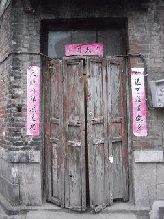 東関街でよく見かける旧式のドア(筆者撮影)