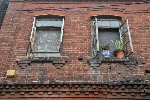 窓の形もかつての趣きを留めたものが多い(張全撮影)