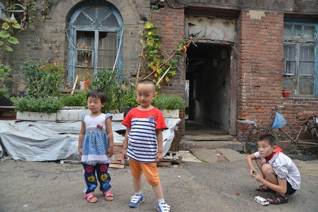 路地で遊ぶ子供たち(張全撮影)