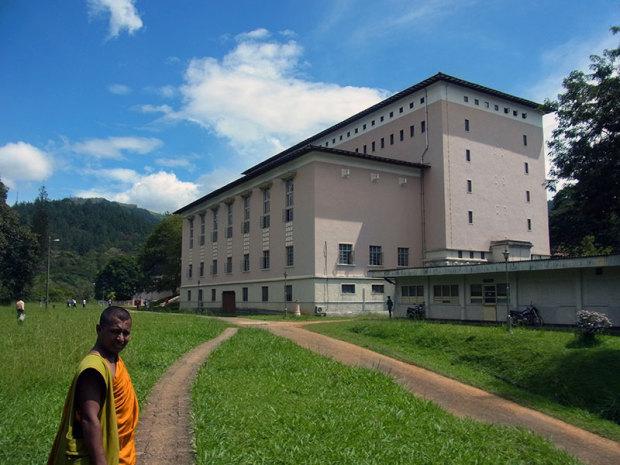スリランカ1の大学を案内してくれた若い僧