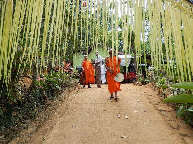 檀家の法事に参加する僧侶