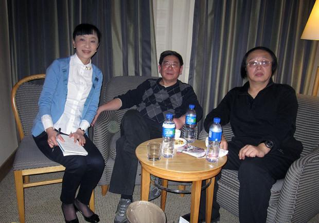 右から岳建一氏、譚合成氏、著者