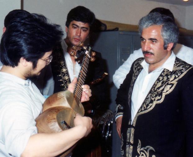 来日アゼルバイジャン楽団の楽屋で、独学のタールを聴いてもらう筆者。これで気に入られレッスンを授かることができた。