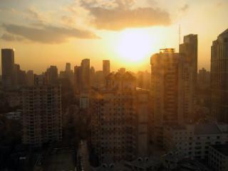 高層ビルが建つ上海の夕陽