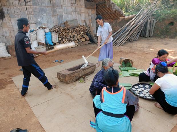 タイ北部 旧正月前に餅つきをする山岳民族