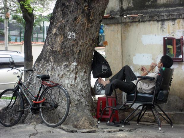 ベトナム 道路脇で昼寝