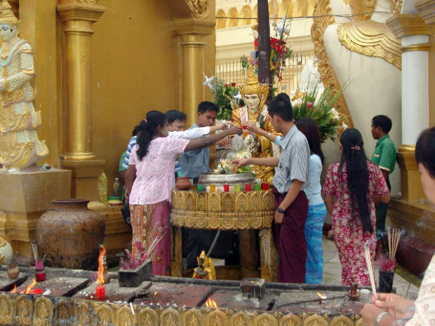 祈りを続けるミャンマーの人々
