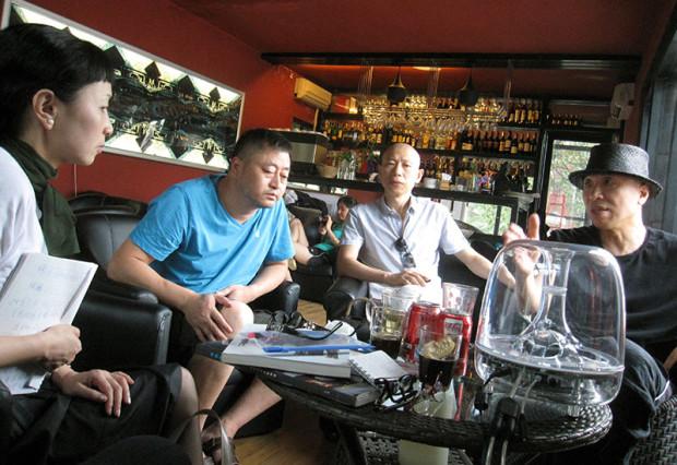 著名なアーティストの高兄弟と(2015年8月、北京798アート・コミュニティにて)