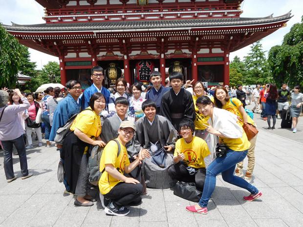 和服を着た台湾の若者と浅草で