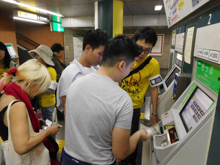 チケットの買い方をマレーシア人に英語と中国語で教える