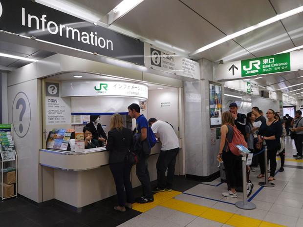 新宿駅は問い合わせする外国人観光客であふれている