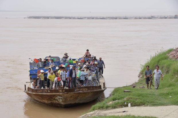 黄河の渡しは、人・家畜・自転車・トラックなどなんでも運ぶ