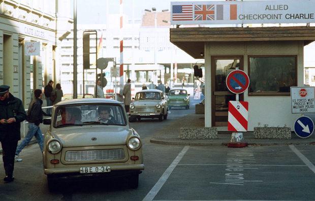 ベルリンの壁の崩壊直後に西ベルリンへと次々に被って来る東ドイツ製トラバンド(1989年)