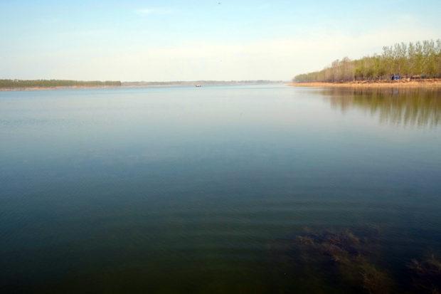 天沐湖。廃黄河の河水が滞留してできた湖、対岸は山東省境
