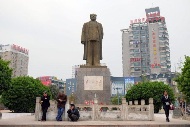 駅前の凱旋路沿いに屹立する毛沢東像。いまとなっては保存されているものは珍しい