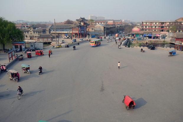 拱陽門(南門)から北関街を望む。街の周囲を護城河が取り囲んでいる