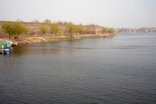 商丘古城は堅牢な城壁に護られ、その外側をさらに護城河が防衛している