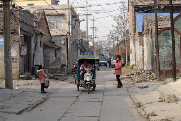 北関街の裏町は他の中国の街とおなじように土色の静かな街区が展開する