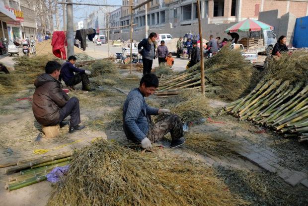 柘城の路上は竹箒の製作工場である