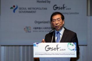 2014年のグローバル社会的経済フォーラムで挨拶する朴元淳ソウル市長