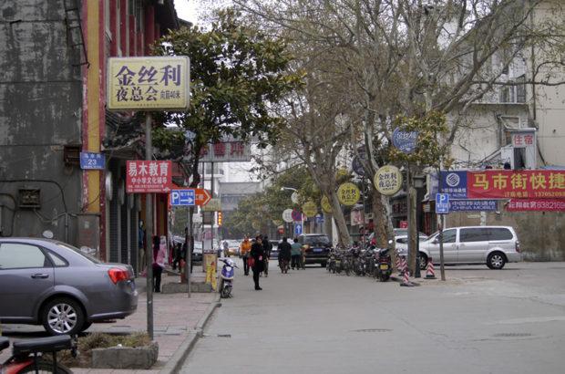旧市街の馬市街は静かで、古い家並みが心地よい