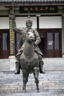 獅子山の項羽像は楚王陵の入り口を護っている
