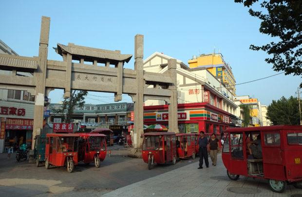 街の中心東大街商城で三輪タクシーが客待ちしている