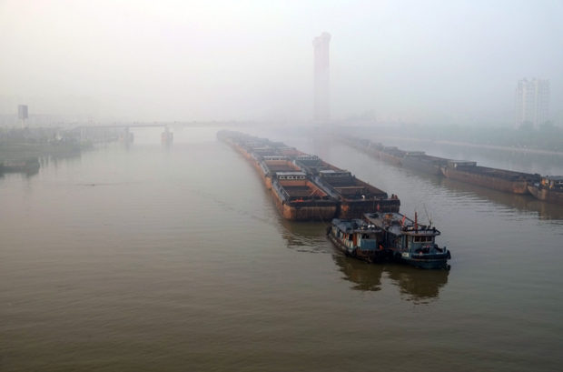 早朝、朝靄に浮かび上がる大運河。砂利を積んだ平底船が静かに行き交う