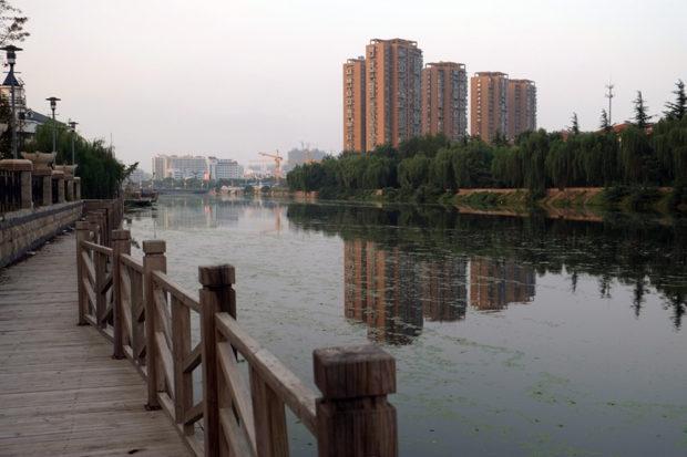 市街を流れる廃黄河畔は富裕層の居住地区で、高層住宅が林立する