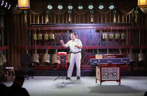 項羽故里の演芸場では一人芝居の役者が古代の物語を語って聴かせる