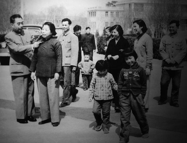 周恩来夫妻とその家族、右端は養子の李鵬。1960年代の写真と思われる