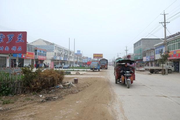 濱海港鎮のメインストリートは殺伐として海辺の村の明るさはない