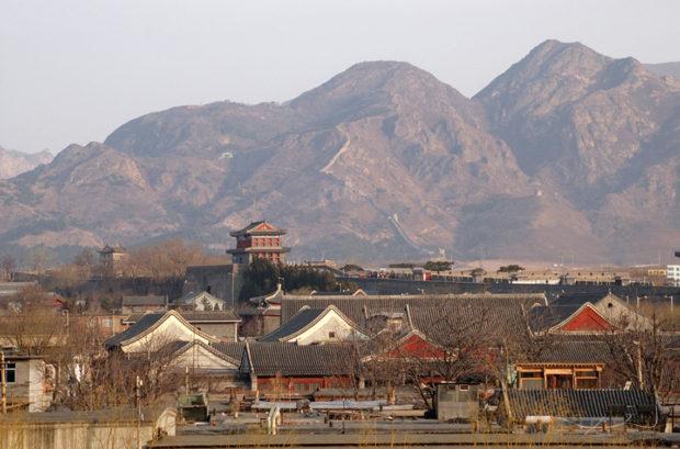 山海関の城壁から鎮東楼(天下第一関)と角山長城を遠望する