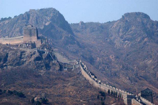 角山長城は主峰の太平頂に向かって斜面を一気に這い登る