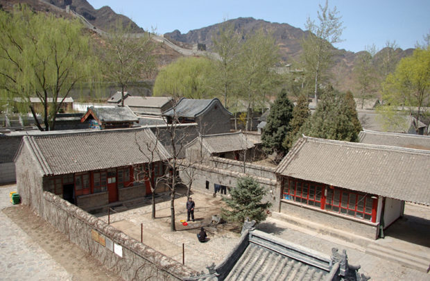 黄崖関城。旧屯営の村は対敵防衛の設計思想で複雑な街区を形成している