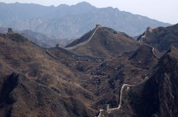 黄崖関の敵楼群。長城を跨ぐもの、壁面に構築されたものなど様々である