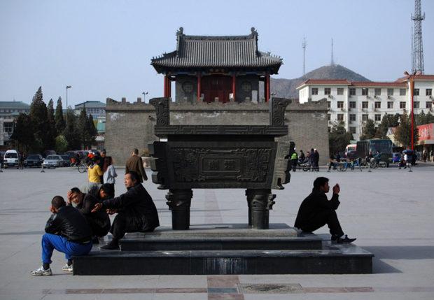 県城の中心に建つ鼓楼と広場。ここには人々の憩いの時間が流れている