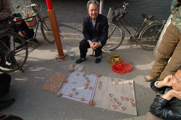 独楽寺の門前で路上の賭け将棋に興じる地元の人々