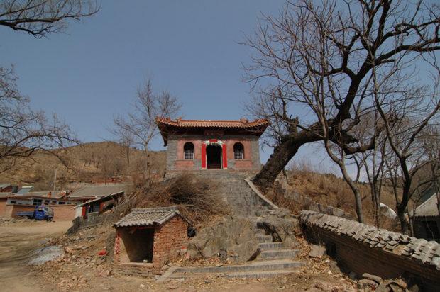 古廟を通りすぎれば金山嶺長城の登り口がある。この辺りは北京と河北省の境界地帯だ
