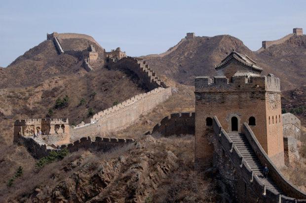 城壁を登ると一気に視界が開けて、金山嶺の全容が目に飛び込んでくる