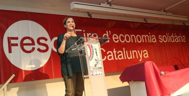 第4回カタルーニャ連帯経済見本市(2015年10月開催)の開会式で挨拶を行うアダ・コラウ・バルセロナ市長