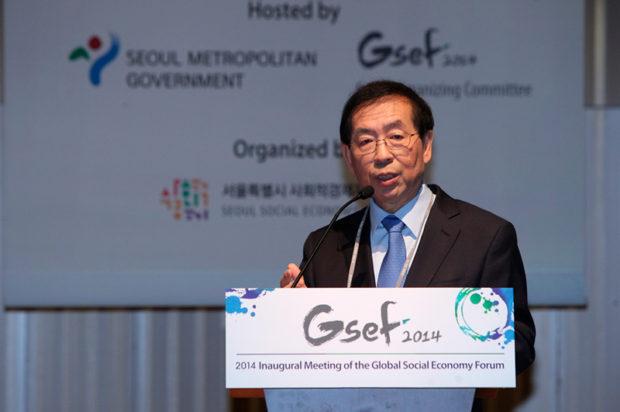 第2回グローバル社会的経済フォーラム(2014年)であいさつする朴元淳ソウル市長
