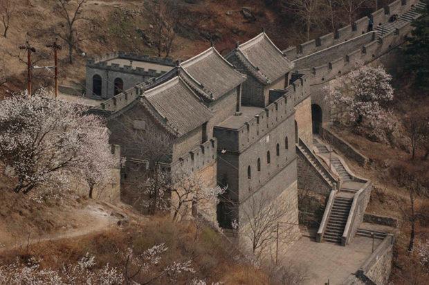 慕田峪長城の登り口、三つの楼が横に連なった建築構造