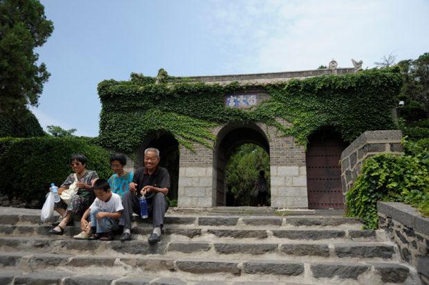 蓬莱閣を訪れた家族が白雲宮でひと休み