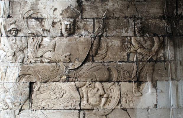 雲台の内壁に彫刻された四大天王のレリーフ