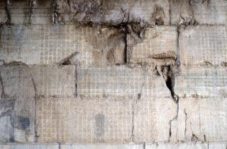 西夏文字。雲台の内壁に刻されたこの文字の発見がきっかけとなって西夏文字の研究が世界に広まる