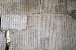 雲台の内壁に刻されたパスパ文字(左)と縦書きのウイグル文字(右)