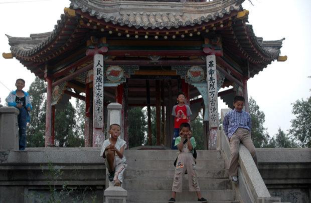 赤城の古亭。村はずれにあり、付近に住む子供たちの遊び場だ