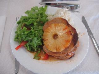 カイロスの施設で頂いた昼食。地元特産の牛肉とパイナップルが使われている。